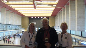 Jutta Benz, Robert Scheerboom en Ewy Rosqvist tijdens 125! Jaar Innovatie op vliegveld Tempelhof in Berlijn