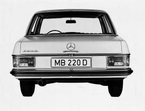 De klassieke achterlichten van een Mercedes-Benz W 115 220D van voor de facelift van 1973